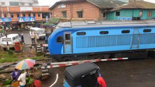 Zweimal am Tag fährt der Zug auf der Main Line in die Berge.