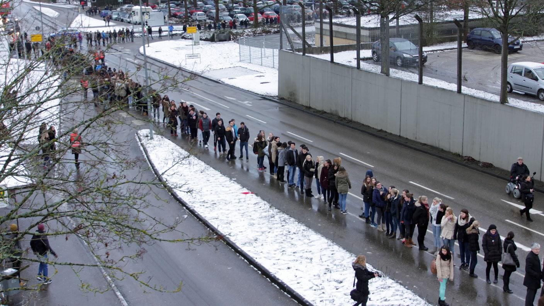 Menschenkette in Gmünd: Für Toleranz auf der Straße - SWR Nachrichten