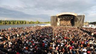 Bühne in Abendstimmung auf der Nordmole am Rhein.