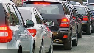 Autos stehen in langen Warteschlangen in Oestrich-Winkel