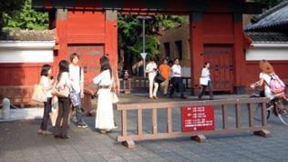 """das """"Rote Tor"""" der Tôdai, der Universität Tokyo"""