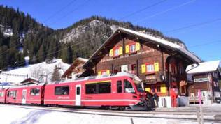 Zug der Chur-Arosa-Bahn in Litzirüti
