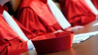 Blick auf die Roben der Richter des Ersten Senats sowie ein Richterbarett beim Bundesverfassungsgericht in Karlsruhe (Baden-Württemberg) während einer Urteilsverkündung