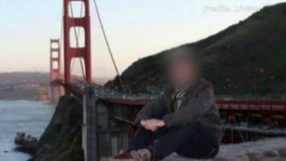 Ein Mann sitzt auf einem Stein, hinter ihm die Golden Gate Bridge in San Francisco.