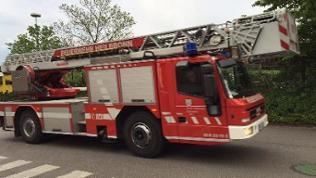 Ein rotes Feuerwehrauto mit Drehleiter und Korb