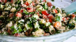 Traditionelles arabisches Gericht, Tabouleh-Salat mit Couscous, Minze