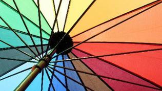 Sonnenschirm in Regenbogenfarben von unten