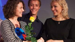 2. Preis Regisseuren Laurentia Genske (li) und Robin Humboldt, Dr Irene Klünder
