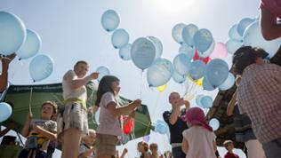 Menschen mit blauen Luftballons