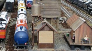 FN Westernbahn: Der Bahnhof der Westernbahn mit einem abgestellten Tankzug in der Spurweite 2 M (LGB)