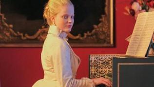 Barocke adlige Dame spielt Cembalo