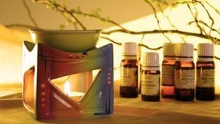 Duftlampe und verschiedene ätherische Öle