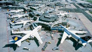 Luftaufnahme eines Terminals am Flughafen Frankfurt