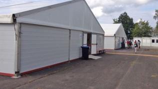 Derzeit sind die Flüchtlinge noch in Zelten untergebracht - erst im November öffnet die Aufnahmeeinrichtung