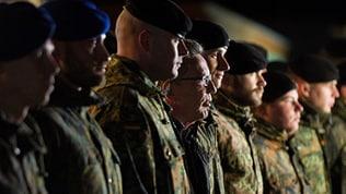 Verteidigungsminister De Maiziere besucht die Truppen im Kosovo