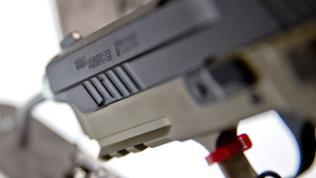 Eine Pistole des Waffenherstellers Sig Sauer ist am Stand des Unternehmens zu sehen.
