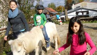 Kinder auf Reiterhof