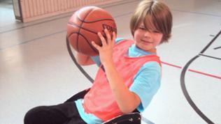 Junge mit Basketball in der Hand.