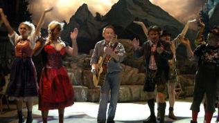 """Der österreichische Liedermacher Wolfgang Ambros (M) in einer Szene der Neuinszenierung des Musicals """"Der Watzmann ruft"""", 2004"""