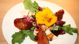 Blattsalat mit Pflaumen und Gorgonzola