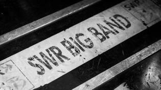 Box mit dem Logo der SWR Big Band darauf