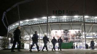 Polizisten gehen ins Hannoveraner Fußballstadion nach Spielabsage