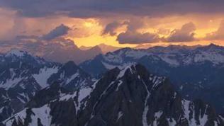 Sonnenuntergang über den schneebedeckten Alpen