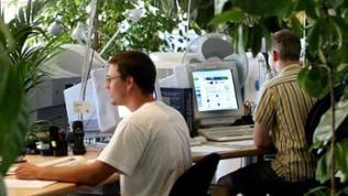 Angestellte des Webportalbetreibers WEB.DE arbeiten in ihren Büros am Firmensitz in Karlsruhe