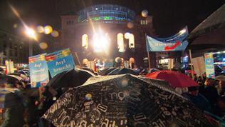 AfD-Anhänger versammeln sich vor dem Mainzer Theater.