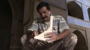Handwerker bearbeitet Werkstück aus Gips