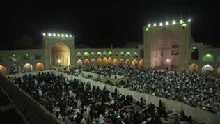 Menschen beim Abendgebet im Innenhof der Moschee