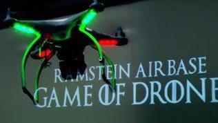 """Eine Drohne, im Hintergrund sieht man den Schriftzug """"Ramstein Airbase - Game of Drones"""""""