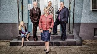 Mehrere Darsteller der Fernsehserie Lindenstraße posieren vor einem Haus für die Kamera