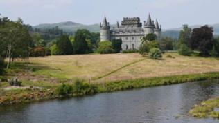Schloss mit Rundmauern und Türmen