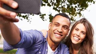 Ein Mann und eine Frau machen ein Selfie