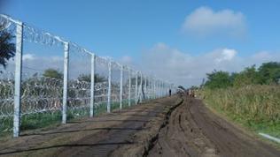 Zaun mit Grenzstreifen