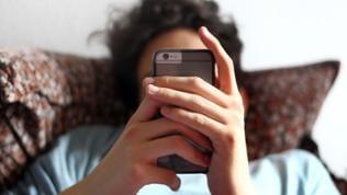Person hält Smartphone in der Hand