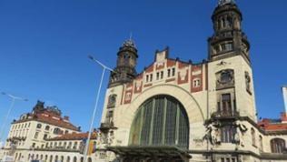 Der wunderschöne Bahnhof von Prag - Frontansicht