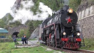 Station an der Stelle, an der einst der Schienenschluss der Transsibirischen Eisenbahn erfolgte.