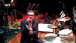 Götz Alsmann erklärt das Schlagzeug