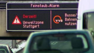 """Eine digitale Anzeige mit der AUfschrift """"Feinstaubalarm"""" in Stuttgart."""