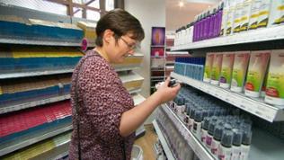 Frau Futterer bei ihrer Recherche: Was steckte in den vielen Haarprodukten, die sie als Jugendliche benutzt hat?