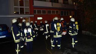 Feuerwehrleute vor dem Hotel