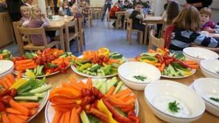 Gemüsesticks auf Tellerns