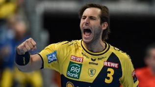Uwe Gensheimer von den Rhein-Neckar Löwen jubelt über ein Tor gegen Pick Szeged in der Handball Champions League