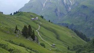 Lechweg aus der Vogelperspektive, Häuser an den steilen, grünen Hängen