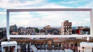 Blick von Terrasse durch einen Rahmen auf die Stadtkulisse von Havanna