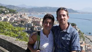Mann und Frau vor Kulisse der Stadt Vietri