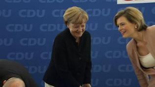 Julia Klöckner spricht lachend mit Angela Merkel, die ebenfalls lacht.