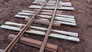 Neuerdings werden ausgediente Leitplanken vom Straßenbau als Eisenbahnschwelllen für die Moorbahnen verwendet. Sie sind größer und haltbarer als die alten Feldbahnschwellen